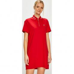 Tommy Jeans - Sukienka. Czerwone sukienki dzianinowe marki Tommy Jeans, na co dzień, l, casualowe, z krótkim rękawem, mini, proste. Za 399,90 zł.