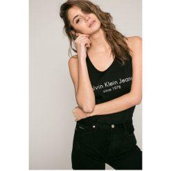 Calvin Klein Jeans - Top. Szare topy damskie Calvin Klein Jeans, l, z nadrukiem, z bawełny, z okrągłym kołnierzem. W wyprzedaży za 99,90 zł.