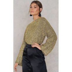 NA-KD Trend Brokatowy sweter z dzianiny - Gold. Białe swetry klasyczne damskie marki NA-KD Trend, z nadrukiem, z jersey, z okrągłym kołnierzem. W wyprzedaży za 55,19 zł.