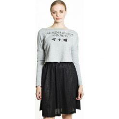 Krótka bluza z nadrukiem. Szare bluzy z nadrukiem damskie MIGLE+ME, l, z bawełny, z długim rękawem, długie. Za 105,00 zł.