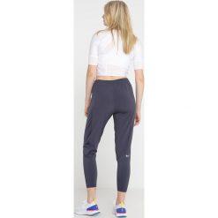 Nike Performance RUN PANT Spodnie treningowe gridiron/reflective silver. Szare bryczesy damskie marki Nike Performance, l, z elastanu. Za 399,00 zł.