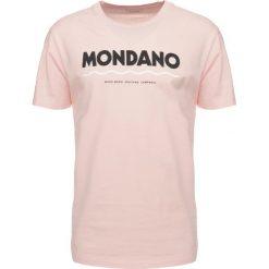 Wood Wood MONDANO Tshirt z nadrukiem light pink. Fioletowe koszulki polo marki KIPSTA, m, z elastanu, z długim rękawem, na fitness i siłownię. Za 229,00 zł.