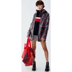 Kurtka przeciwdeszczowa w kratkę z kapturem. Czerwone kurtki damskie przeciwdeszczowe marki Pull&Bear, w kratkę, z kapturem. Za 199,00 zł.