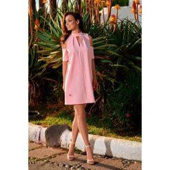 Sukienka z odkrytymi ramionami  pudrowy róż KALI. Czerwone sukienki balowe marki Lemoniade, na imprezę, z materiału, w kształcie a. Za 159,90 zł.