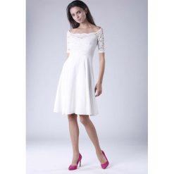 Ecru  Wyjściowa Sukienka Hiszpanka z Koronką. Szare sukienki balowe marki Molly.pl, l, w koronkowe wzory, z koronki, z dekoltem typu hiszpanka, z krótkim rękawem, midi, dopasowane. W wyprzedaży za 139,41 zł.