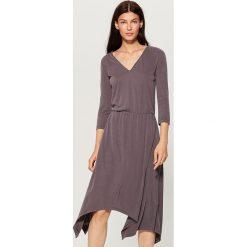 Dzianinowa sukienka z asymetrycznym dołem - Szary. Szare sukienki asymetryczne marki Mohito, l, z dzianiny, z asymetrycznym kołnierzem. W wyprzedaży za 99,99 zł.