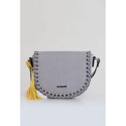 Torebka z plecionym zdobieniem. Szare torebki klasyczne damskie Monnari, ze skóry, małe, zdobione. Za 87,60 zł.