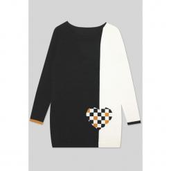 Sukienka kaszmirowa w kolorze biało-czarnym. Sukienki małe czarne Ateliers de la Maille, na imprezę, z kaszmiru, z okrągłym kołnierzem. W wyprzedaży za 454,95 zł.