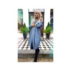 Długi asymetryczny sweter damski w kolorze jeansu, zimowy kardigan damski. Niebieskie kardigany damskie ekoszale, z jeansu. Za 189,00 zł.