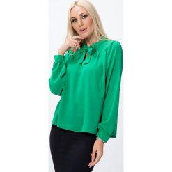 Bluzka trapezowa z wiązaniem zielona MP28496. Zielone bluzki z odkrytymi ramionami Fasardi, l. Za 39,00 zł.
