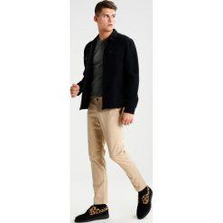 Spodnie męskie: Abercrombie & Fitch Spodnie materiałowe light khaki