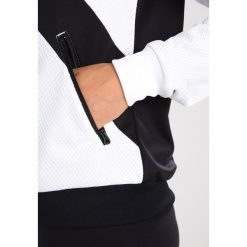 Adidas Originals Kurtka sportowa black/white. Szare kurtki sportowe damskie marki adidas Originals, na co dzień, z nadrukiem, z bawełny, casualowe, z okrągłym kołnierzem, proste. W wyprzedaży za 239,20 zł.