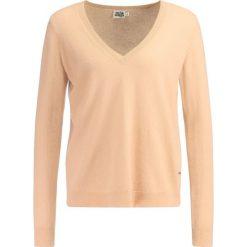 Twist & Tango MADELEINE VNECK Sweter camel. Brązowe swetry klasyczne damskie Twist & Tango, z kaszmiru. W wyprzedaży za 367,60 zł.