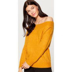 Sweter z odkrytymi ramionami - Brązowy. Czerwone swetry klasyczne damskie marki Mohito, z bawełny. Za 99,99 zł.