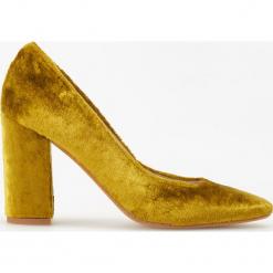 Aksamitne czółenka na wysokim obcasie ReDesign - Złoty. Żółte czółenka Reserved, na wysokim obcasie. Za 299,99 zł.