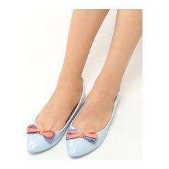 Niebieskie Balerinki Piccolo. Niebieskie baleriny damskie z kokardą Born2be, w kolorowe wzory, z materiału, na płaskiej podeszwie. Za 39,99 zł.