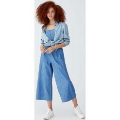 Kombinezon ze spodniami i guzikami z przodu. Niebieskie kombinezony damskie Pull&Bear. Za 139,00 zł.