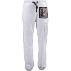"""Spodnie dresowe """"Mitor"""" w kolorze białym. Białe joggery męskie Geographical Norway, z aplikacjami, z dresówki. W wyprzedaży za 117,95 zł."""