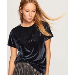 Welurowy t-shirt - Granatowy. Niebieskie t-shirty damskie Reserved, l, z weluru. Za 39,99 zł.
