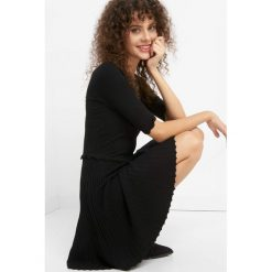 Sukienka z efektem plisowania. Czarne sukienki dzianinowe Orsay, xs, w prążki, z falbankami, dopasowane. Za 119,99 zł.