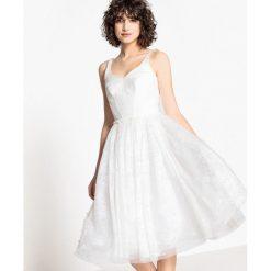 Sukienki hiszpanki: Rozkloszowana sukienka ślubna z koronką i perełkami