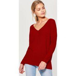 Luźny sweter z dekoltem w szpic - Czerwony. Czerwone swetry klasyczne damskie marki Mohito, l. Za 89,99 zł.