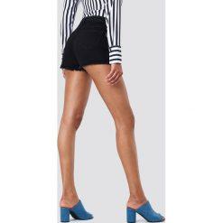 NA-KD Szorty jeansowe z postrzępionymi nogawkami - Black. Czarne szorty jeansowe damskie marki NA-KD, z podwyższonym stanem. W wyprzedaży za 70,98 zł.