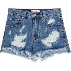 Jeansowe spodenki mom fit. Szare bermudy damskie Pull&Bear, z denimu. Za 89,90 zł.
