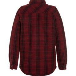 Billabong CURTIS BOY Kurtka przejściowa blood. Czerwone kurtki chłopięce przejściowe marki Billabong, z bawełny. W wyprzedaży za 237,30 zł.