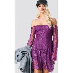 NA-KD Party Koronkowa sukienka z odkrytymi ramionami - Purple. Fioletowe sukienki koronkowe marki NA-KD Party, na imprezę, w koronkowe wzory, mini, z odkrytymi ramionami. Za 121,95 zł.