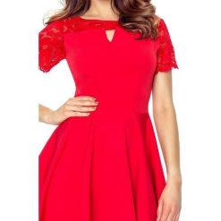 Susanna – elegancka sukienka z pęknięciem w dekolcie czerwony. Czerwone sukienki balowe Bergamo, w koronkowe wzory, z koronki, z krótkim rękawem, mini, dopasowane. Za 182,00 zł.