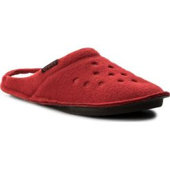 Kapcie CROCS - Classic Slipper 203600  Pepper/Oatmeal. Czerwone kapcie męskie marki Crocs, z materiału. Za 129,00 zł.
