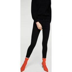 Mango - Jeansy Isa. Szare jeansy damskie rurki marki Mango. W wyprzedaży za 99,90 zł.