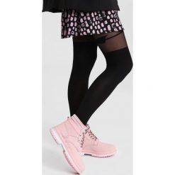 Różowe Traperki Strong Ties. Czerwone buty zimowe damskie vices, z materiału, z okrągłym noskiem, na płaskiej podeszwie. Za 99,99 zł.