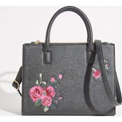 Torba City bag z kwiatowym haftem - Czarny. Czarne torebki klasyczne damskie Sinsay, z haftami, z haftem. Za 79,99 zł.