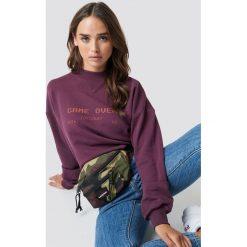 NA-KD Bluza Game Over - Purple. Fioletowe bluzy z nadrukiem damskie NA-KD, z dzianiny, z długim rękawem, długie. Za 161,95 zł.