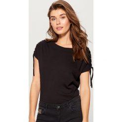 Bawełniana koszulka z wiązaniami - Czarny. Czarne t-shirty damskie marki Mohito, s, z bawełny. W wyprzedaży za 29,99 zł.