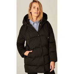 Pikowana kurtka z kapturem - Czarny. Czarne kurtki damskie pikowane marki Mohito, z kapturem. Za 149,99 zł.