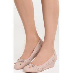 Różowe Koturny Tantalizing. Czerwone buty ślubne damskie marki Born2be, z okrągłym noskiem, na niskim obcasie, na koturnie. Za 69,99 zł.