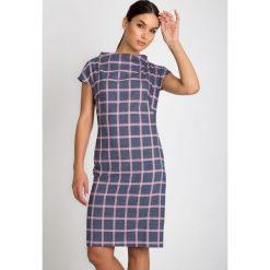 Niebieska sukienka w różową kratę QUIOSQUE. Niebieskie sukienki dzianinowe marki QUIOSQUE, do pracy, biznesowe, ze stójką, z krótkim rękawem, mini, proste. W wyprzedaży za 139,99 zł.