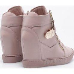 Carinii - Botki. Szare buty zimowe damskie Carinii, z materiału, na koturnie. W wyprzedaży za 329,90 zł.