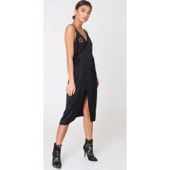 Sukienki hiszpanki: NA-KD Trend Kopertowa sukienka z wyszywanymi gwiazdami – Black