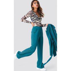 Spodnie damskie: NA-KD Classic Dopasowane spodnie z szerokimi nogawkami - Green