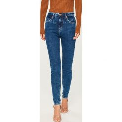 Jeansy z wysokim stanem - Niebieski. Niebieskie spodnie z wysokim stanem Reserved, z jeansu. Za 119,99 zł.