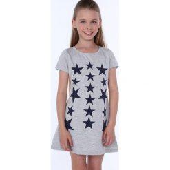 Sukienka dziewczęca w gwiazdki jasnoszara NDZ8244. Szare sukienki dziewczęce marki Fasardi. Za 49,00 zł.