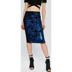 Guess Jeans - Spódnica Marcy. Szare spódniczki jeansowe Guess Jeans, m, z aplikacjami, z podwyższonym stanem, midi, ołówkowe. W wyprzedaży za 449,90 zł.