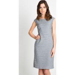 Szara sukienka w delikatne paski QUIOSQUE. Szare sukienki balowe marki QUIOSQUE, do pracy, w paski, z dzianiny, z dekoltem na plecach, bez rękawów, dopasowane. W wyprzedaży za 79,99 zł.
