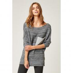 Sweter w kolorze szarym. Szare swetry klasyczne damskie marki SCUI, z dekoltem w łódkę. W wyprzedaży za 129,95 zł.