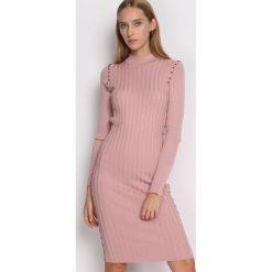 Różowa Sukienka Young Night. Różowe sukienki dzianinowe marki numoco, l, z dekoltem w łódkę, oversize. Za 79,99 zł.