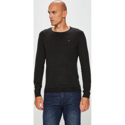 Tommy Jeans - Sweter. Czarne swetry klasyczne męskie Tommy Jeans, l, z bawełny, z okrągłym kołnierzem. Za 299,90 zł.